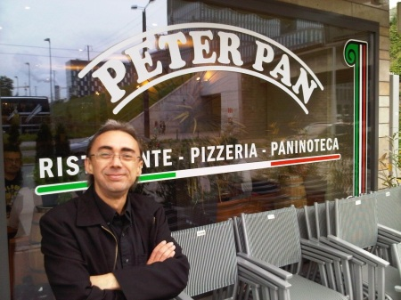 PeterPan vor der Pizzeria Peter Pan