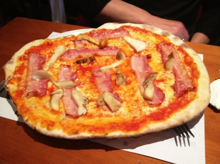 "Pizza ""Peter Pan"" in der Pizzeria ""Peter Pan"""